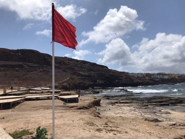 Bandera roja en El Confital