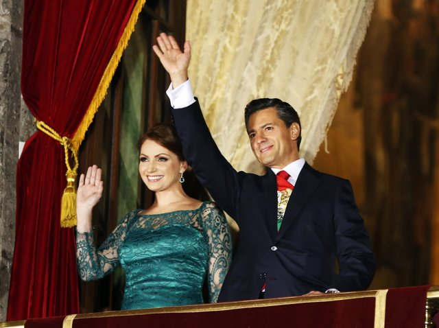 Mexico's President Enrique Pena Nieto (R) and his wife Mexico's first lady Angel