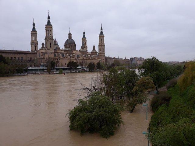El río Ebro a su paso en abril de 2018 por la capital aragonesa.