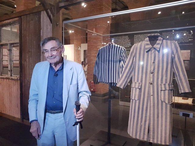 Marian Turski, superviviente de Auschwitz, en la exposición de Madrid