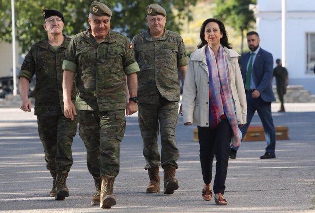 La ministra de Defensa, Margarita Robles, junto al JEME, general Varela Salas