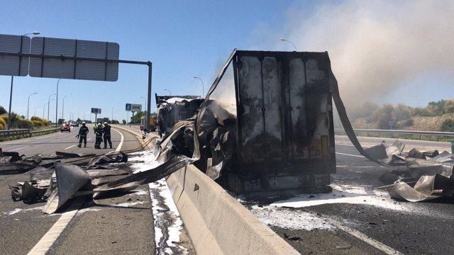 Imagen del camión incendiado en la A-1 a la altura de San Sebastián de los Reyes