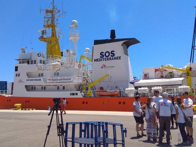 El Aquarius en el puerto de València
