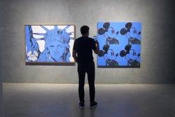 La Blueproject Foundation es torna a tenyir de blau en una mostra pel seu cinquè aniversari (EUROPA PRESS)