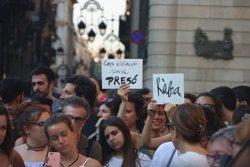 Mig miler de persones denuncien a la plaça Sant Jaume de Barcelona l'alliberament dels membres de la Manada (ACN)