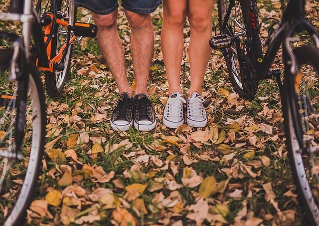Pareja, deporte, bicicleta, pies, piernas, zapatillas de deporte, otoño
