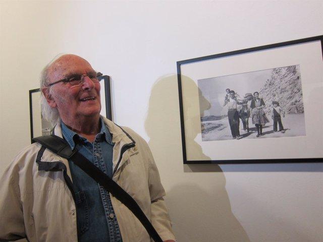 El cineasta Carlos Saura delante de sus fotos sobre los años 50