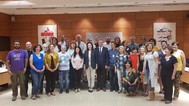 Carmen Montón se reúne con entidades sociales para la vuelta de la universalidad