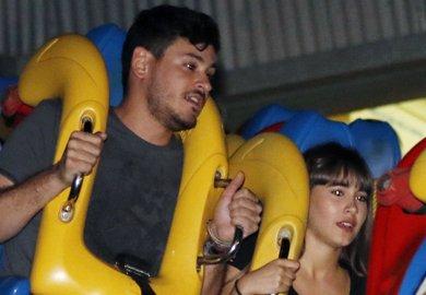 Cepeda y Aitana, derroche de complicidad y diversión en el Parque Warner