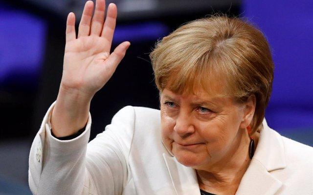 Fuerte división entre los alemanes en un sondeo sobre la permanencia de Merkel en el cargo, según YouGov