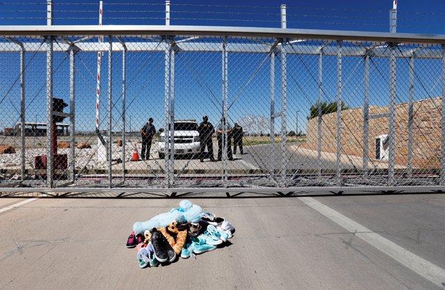 Zapatos y juguetes junto a un centro de reclusión de migrantes en Estados Unidos