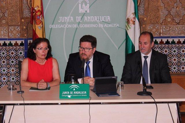 En el centro, el consejero de Agricultura y Pesca, Rodrigo Sánchez Haro