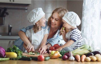 Cocinar en familia, la mejor forma de enseñar nutrición a los niños