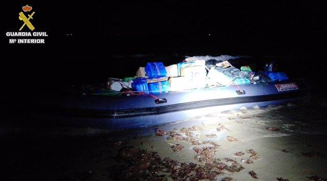 Embarcación con más de 2.500 kilos de hachís en una playa de Tarifa