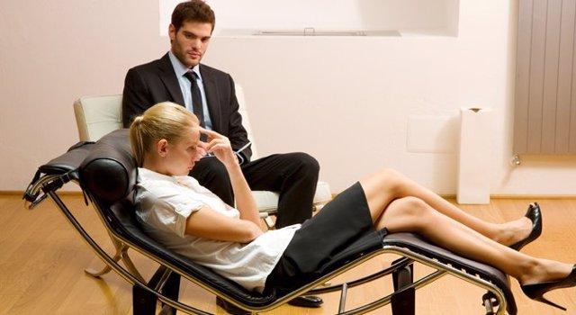 Mujer en consulta de psicólogo