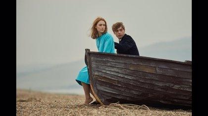 """Saoirse Ronan protagoniza 'En la playa de Chesil', que relata el amor """"trágico"""" de dos jóvenes atrapados en una época"""