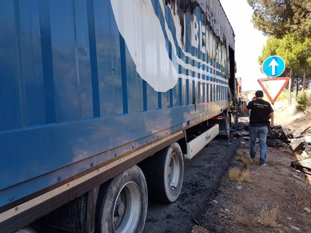 Estado en el que quedó el camión tras el incendio