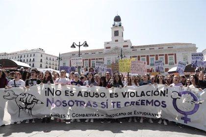 """Asociaciones de mujeres tachan de """"retorcido"""" y """"patriarcal"""" el auto que deja en libertad provisional a 'La Manada'"""