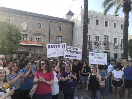 Cientos de personas claman en Extremadura contra la puesta en libertad provisional de los miembros de 'La Manada'