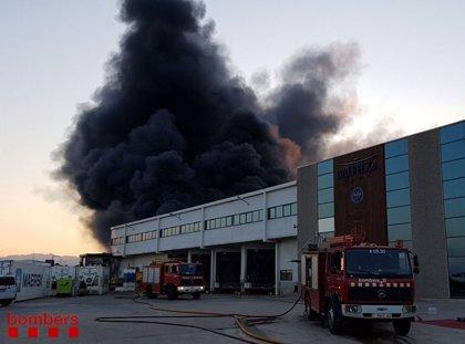 El incendio en L'Ametlla de Mar (Tarragona) afecta al 80% de una nave de Balfegó
