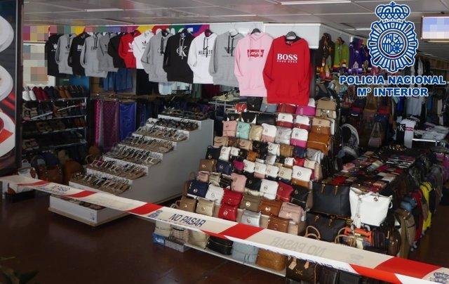 Detenidos seis hombres por vender artículos falsificados de primeras marcas  en Playa del Inglés (Gran Canaria) 870ee8bd56fd1