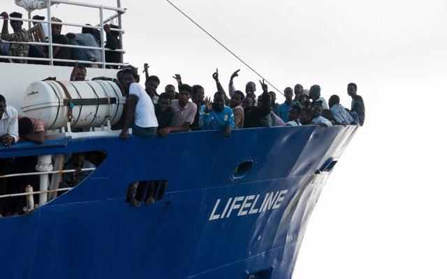 El 'Lifeline', con 200 migrantes y sin puerto de acogida, alerta de que hoy se queda sin suministros