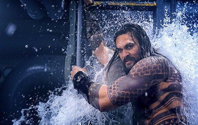 Jason Momoa de Aquaman peleando