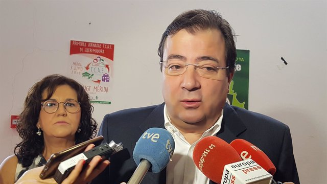 Fernández Vara atiende a los medios