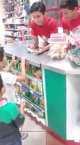 Niños roban chicle