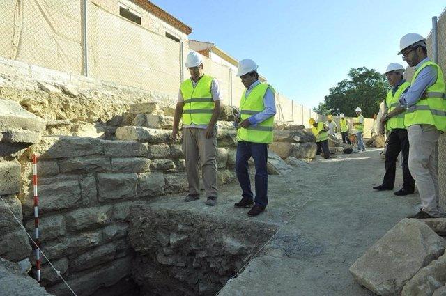 Miguel Moreno (d), con Rafael Saco, observa una parte del muro del anfiteatro.