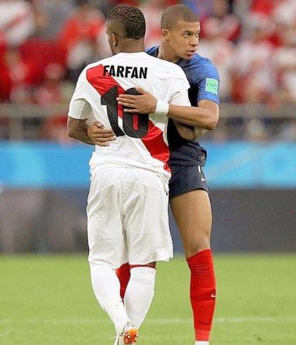 El futbolista peruano Farfán sufre un traumatismo de cráneo y será baja ante Australia