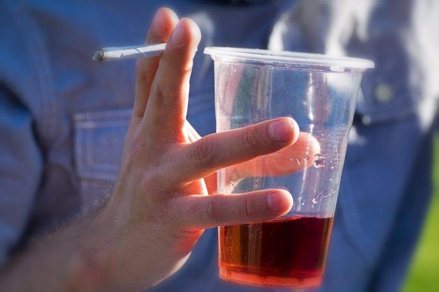 Los jóvenes creen que es más placentero fumar mientras se bebe