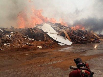 Los bomberos siguen trabajando en la extinción del incendio en una fábrica en Sollana