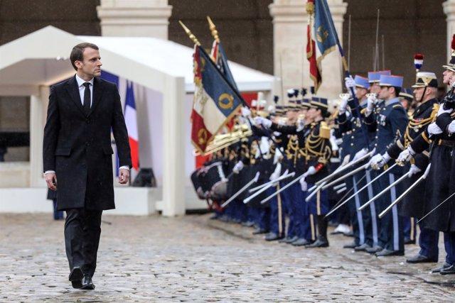 Emmanuel Macron durante una ceremonia militar