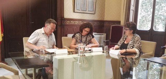 Firma del convenio entre Maria de la Salut y la ATIB