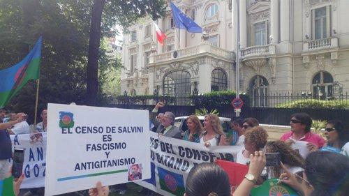 El Pueblo Gitano se moviliza ante la Embajada italiana para pedir la dimision de