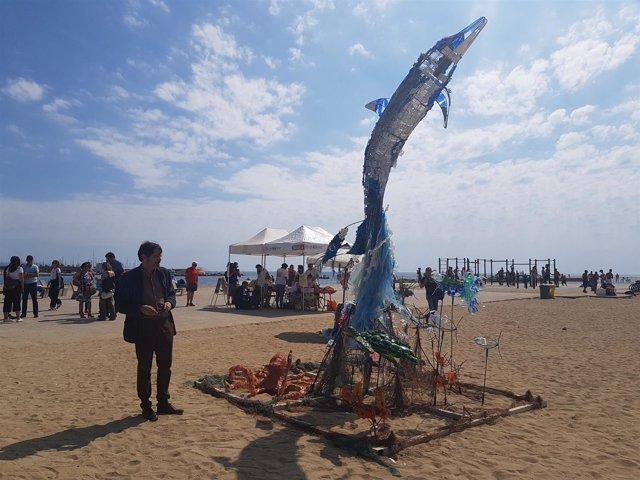 Ximeno junto a la escultura y el taller de la playa del Somorrostro