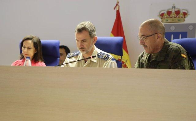 El Rey junto a la ministra de Defensa y el JEMAD