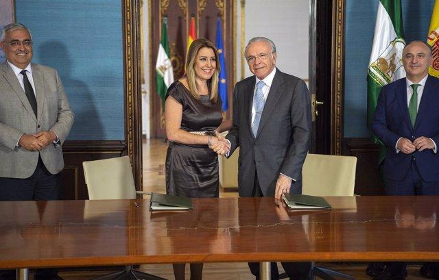 Susana Díaz e Isidro Fainé en la firma del convenio