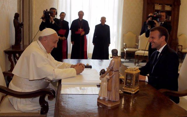El Papa Francisco se reúne con Emmanuel Macron en el Vaticano