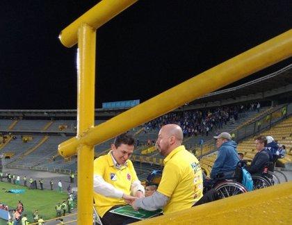 José Richard, el sordo-ciego que ve los partidos de fútbol a través de las manos de su amigo