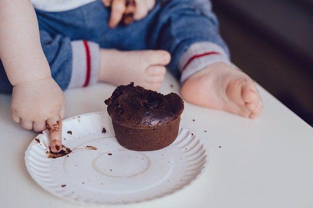 Bebé comiendo chocolate