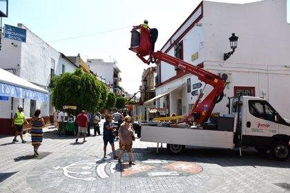 Arranca en Tomares la instalación de toldos en la zona comercial del casco histórico