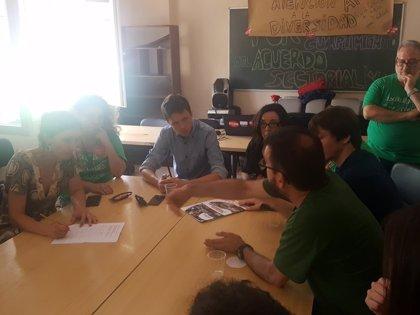"""Errejón acude al encierro del profesorado para apoyar su defensa de """"una educación pública de calidad"""""""