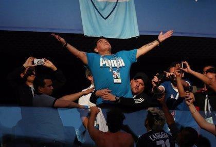 """Maradona asegura estar """"bien"""" y que sólo sufrió """"una descompensación"""" en el descanso del Argentina-Nigeria"""