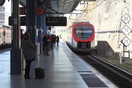 Cercanías pone en marcha un proyecto piloto en la C5 para reducir con vinilos la temperatura dentro de los trenes