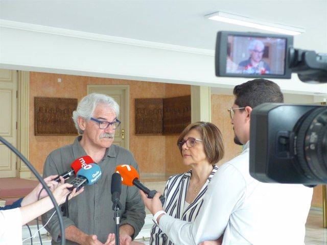 EL CATEDRÁTICO Vicente Lull Y LA PRESIDENTA ASAMBLEA