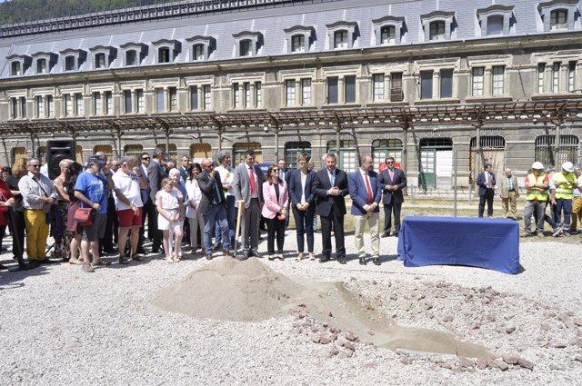 La cápsula del tiempo se ha enterrado en la explanada de la Estación de Canfranc