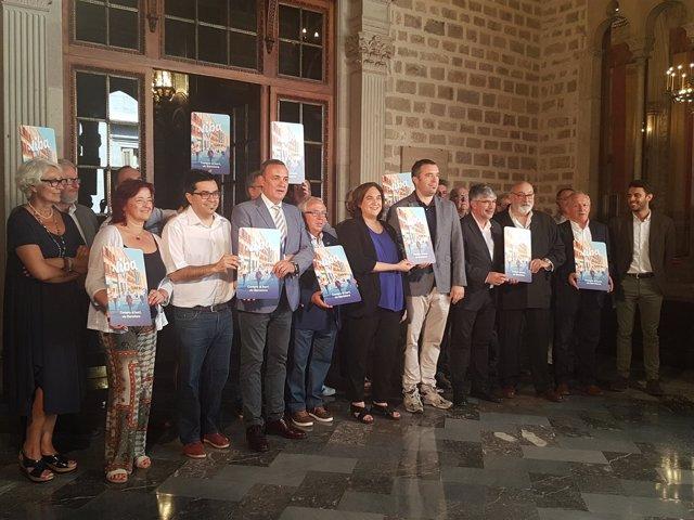 Ada Colau, Gerardo Pisarello, Agustí Colom y representantes del comercio