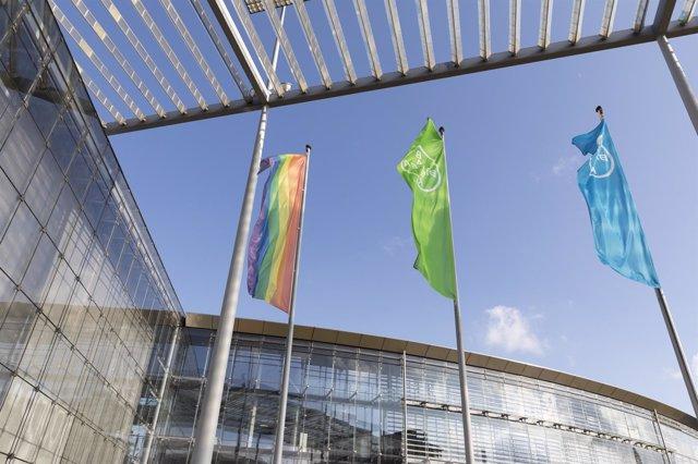 Bandera LGTBI en la sede de Bayer